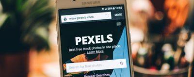 Pexels vist på mobil skærm