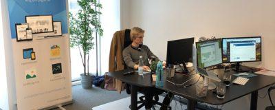 Projektlederen Anders siddende på kontoret