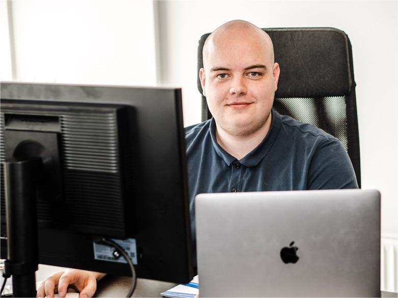 Daniel siddende hos webbureau Odense
