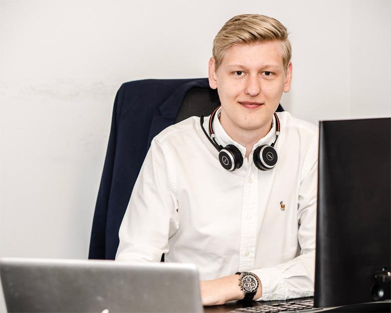 Kasper Rud siddende ved Webbureau Aalborg